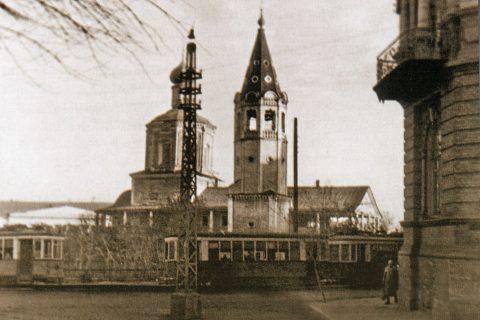 Фото 1943 г. Вид на Троицкий собор с пересечения улицы Челюскинцев (бывшая Часовенная улица) и Музейной площади
